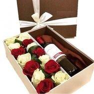 Dāvanu kaste ar 13 sarkanām un baltām rozēm, un sarkanvīnu 13%