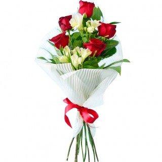 Rožu un alstromēriju pušķis