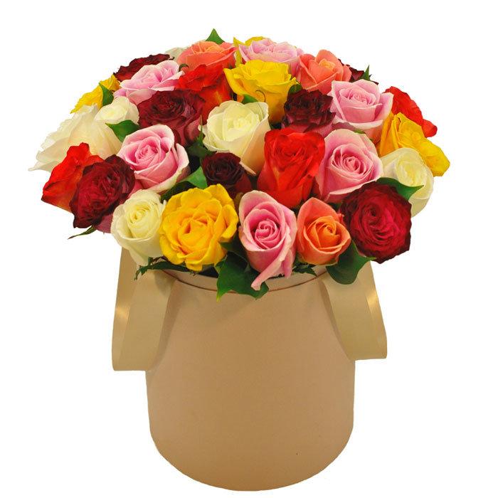 25 dažādu krāsu rozes apaļā dāvanu kastē