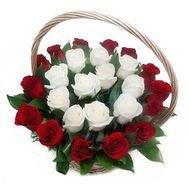 Grozs ar 25 rozēm - vidū balts