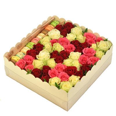 Dažādu krāsu rozes ar macaroons cepumiem dāvanu kastē