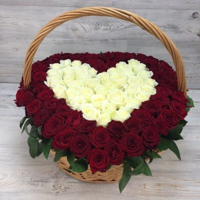 Lielais grozs ar sarkanām un baltām rozēm sirds formā