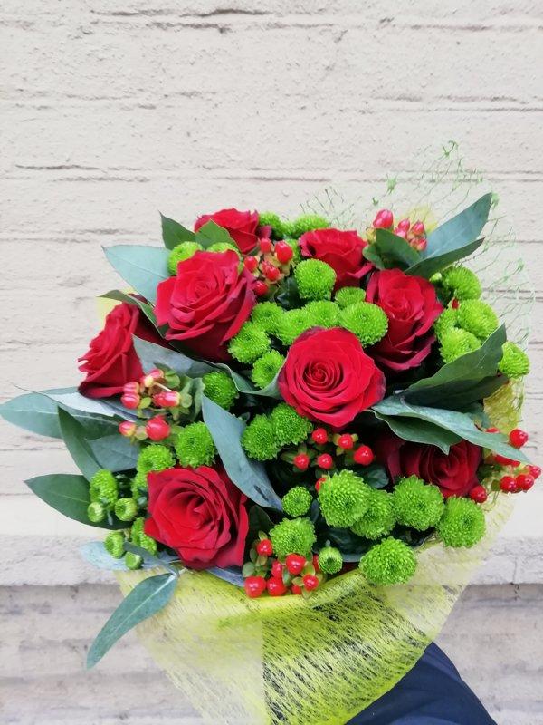 Rožu un zaļo krizantēmu pušķis 1