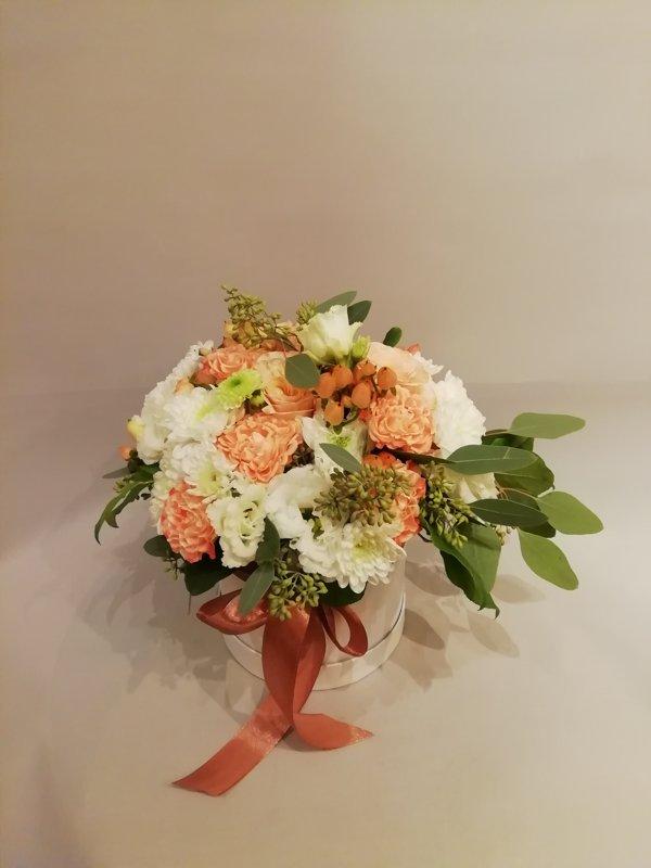 Maiga ziedu kompozīcija apaļā dāvanu kastē (pēc izvēles - 3 dažādi lielumi)