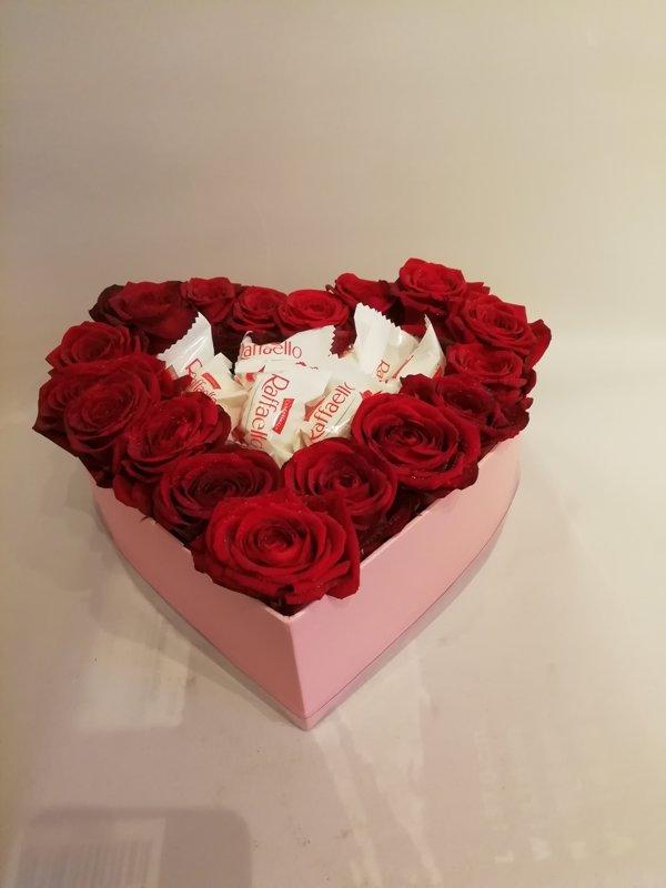 Sarkanas rozes ar Raffaello vidū - sirds formas dāvanu kastē