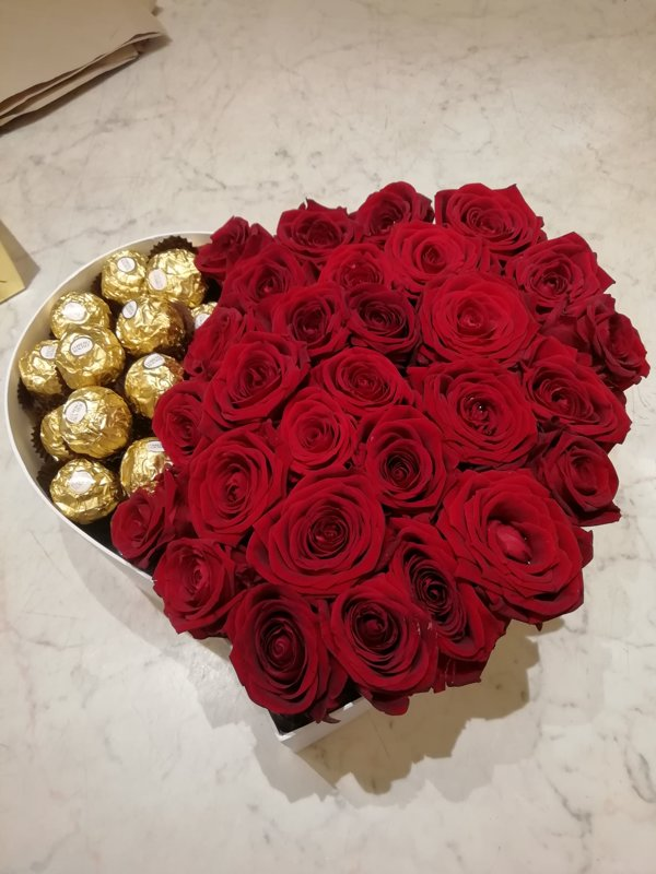Sarkanas rozes un Ferrero Rocher sirds formas dāvanu kastē (pēc izvēles - 3 dažādi lielumi)