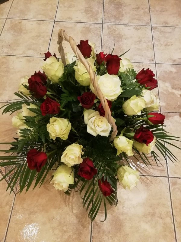 Grozs ar 39 sarkanām un baltām rozēm