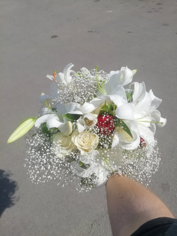Pušķis no lilijām, sarkanām un baltām rozēm