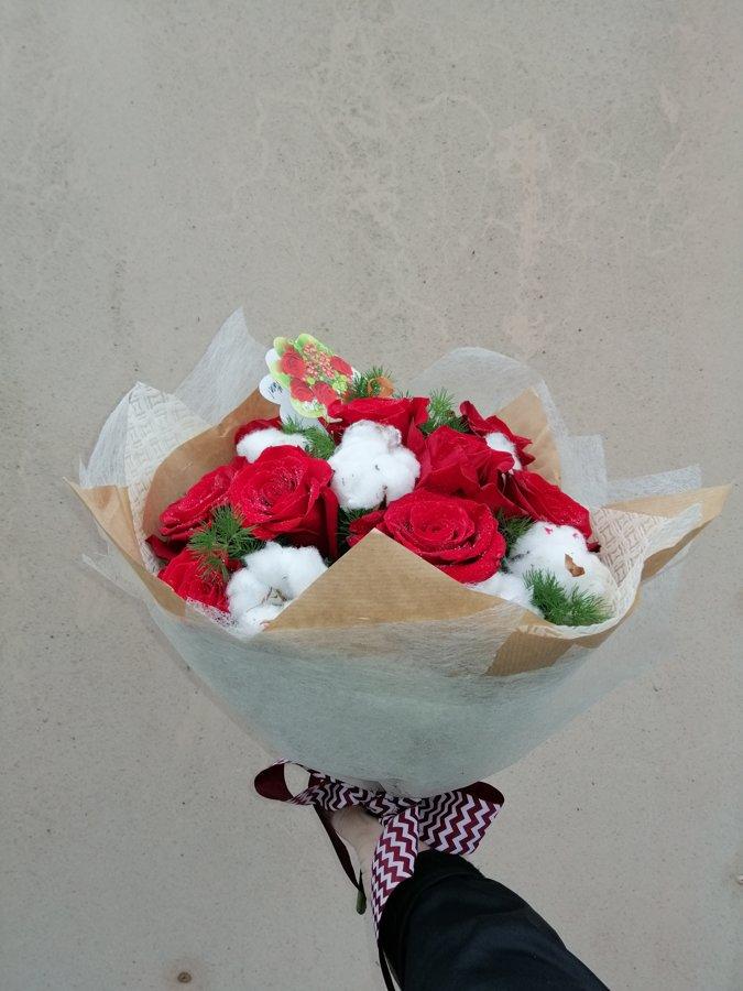 Rozes ar kokvilnas ziediem pušķī