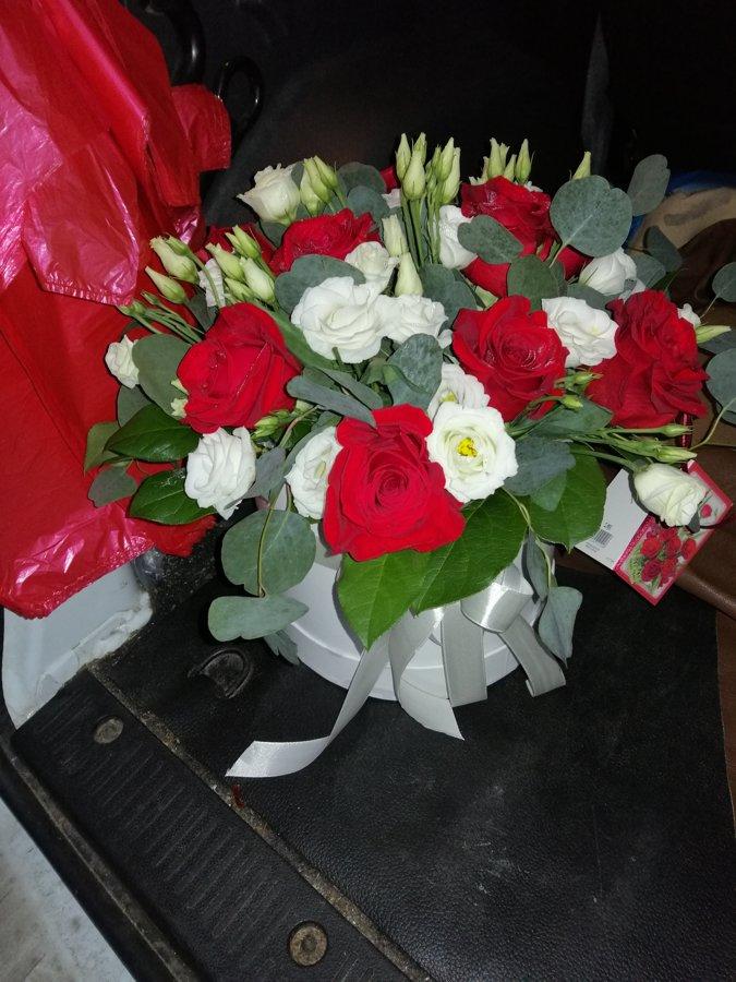 Rozes ar alstromērijām apaļā dāvanu kastē