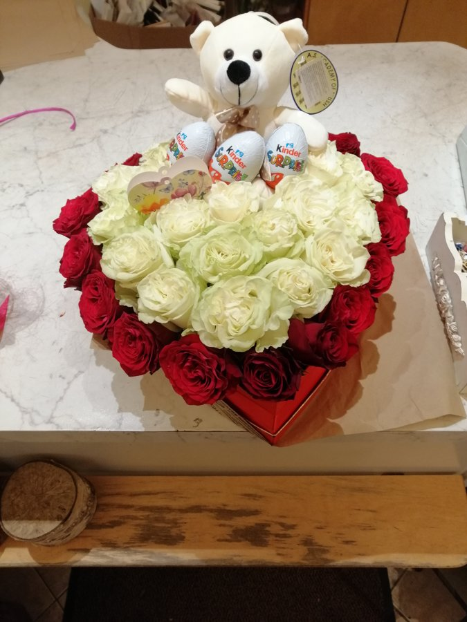 Sirds formas dāvanu kaste ar rozēm, Kinder Surprise un mīksto rotaļlietu