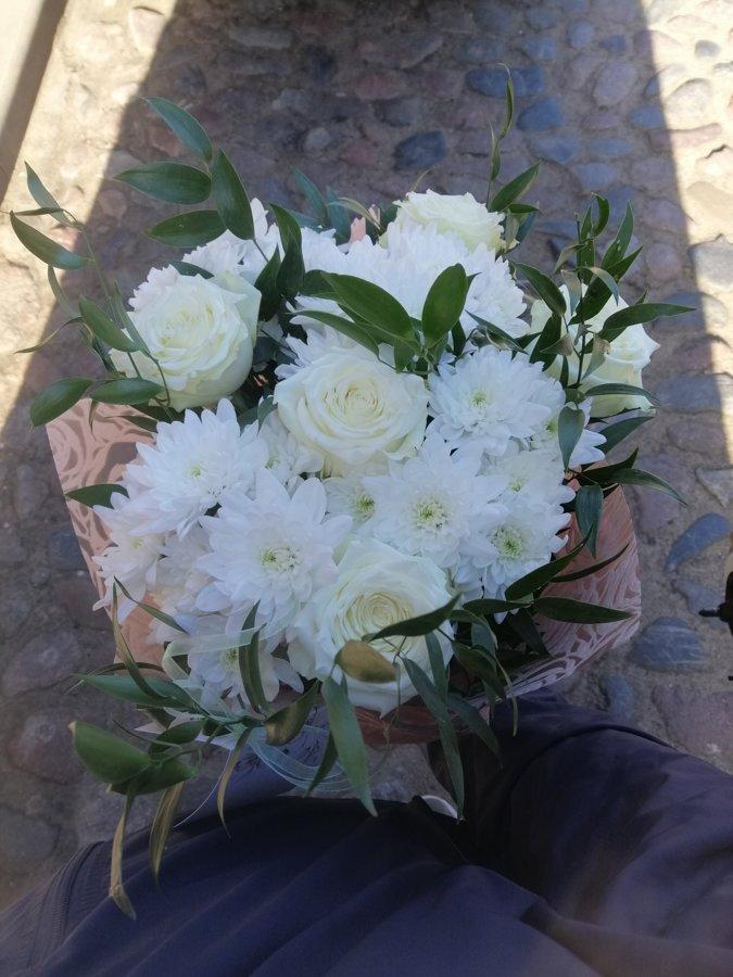 Balto rožu un krizantēmu pušķis