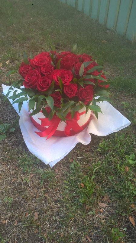 25 sarkanas rozes apaļā dāvanu kastē