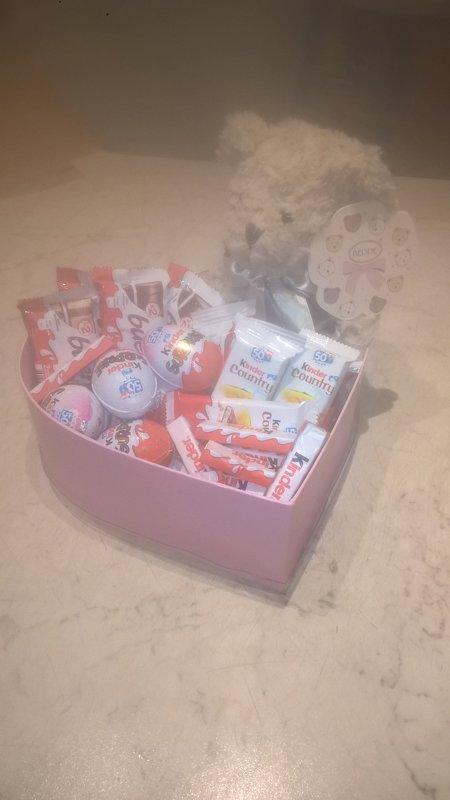 Saldumi ar lācīti dāvanu kastē