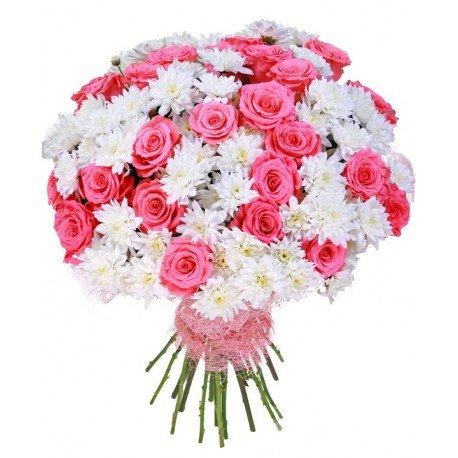 Pušķis no baltām krizantēmām un rozā rozēm