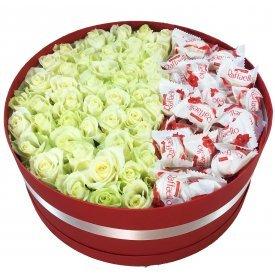 Baltas rozes ar Raffaello apaļā dāvanu kastē