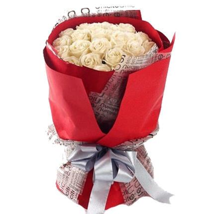 19 baltas rozes 50 cm sarkanā iepakojumā