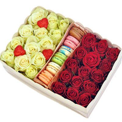 Sarkanas un baltas rozes ar macaroons cepumiem dāvanu kastē