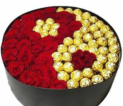 Sarkanas rozes un Ferrero Rocher apaļā dāvanu kastē