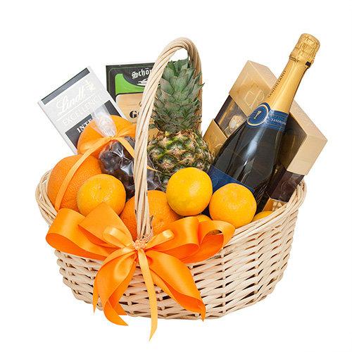 Citrusaugļu grozs ar ananāsu, saldumiem un Rīgas šampanieti 11,5%