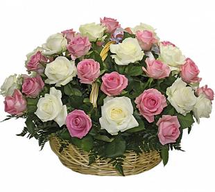 Grozs ar baltām un rozā rozēm