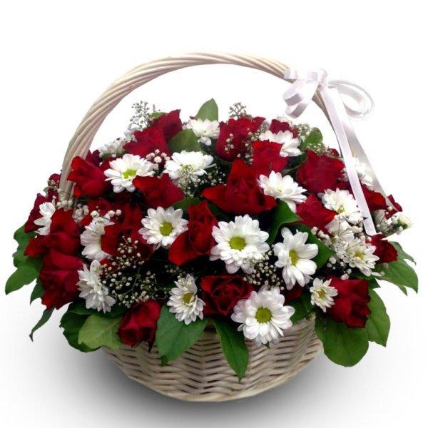 Grozs ar sarkanām rozēm un krizantēmām