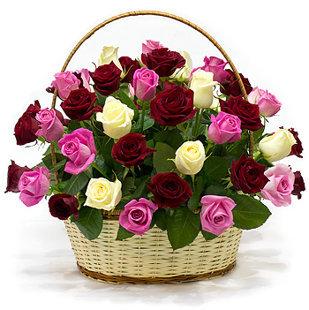 Grozs ar dažādu krāsu rozēm