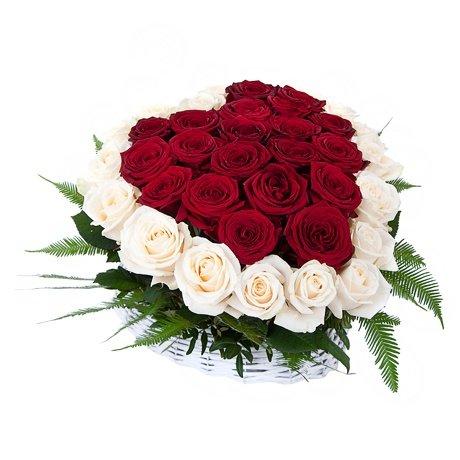 Mazais grozs ar sarkanām un baltām rozēm sirds formā