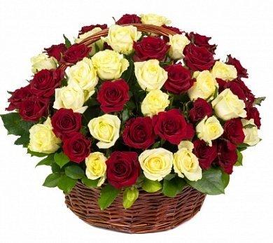 Grozs ar 59 sarkanām un baltām rozēm
