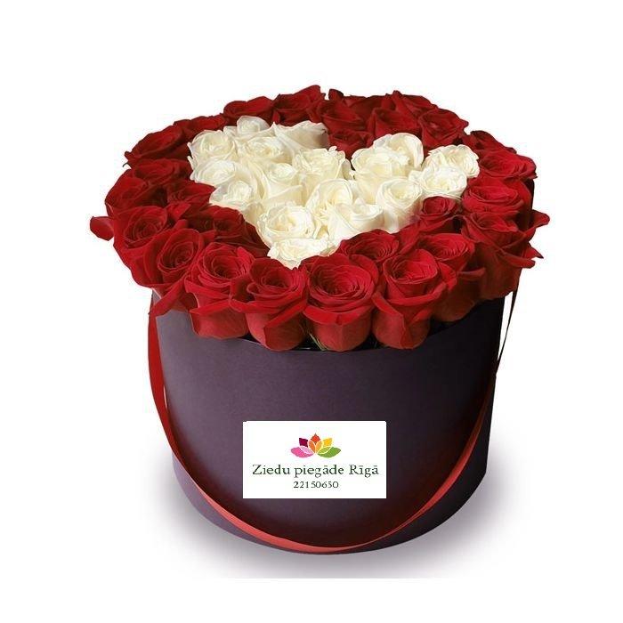 Apaļa dāvanu kaste sarkanām un baltām rozēm sirds formā