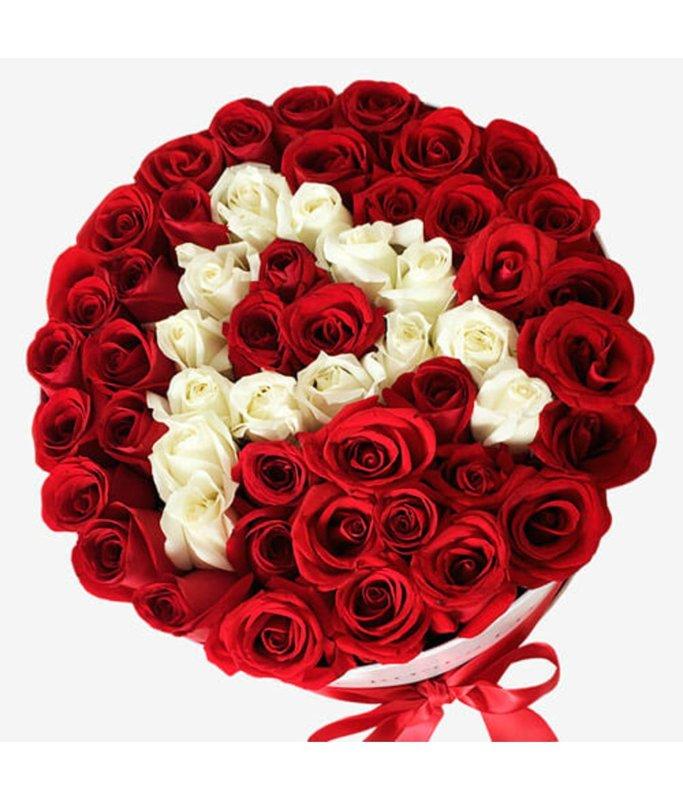 Sarknas rozes ar Jūsu izvēlētu baltu rožu burtu dāvanu kastē