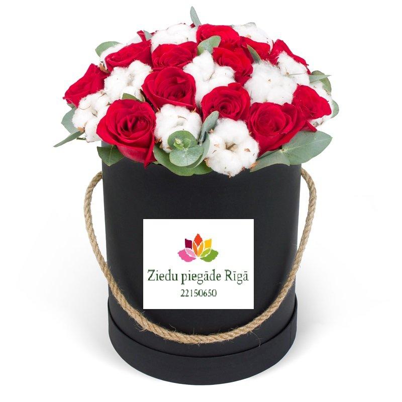 Apaļa dāvanu kaste ar sarkanām rozēm un kokvilnas ziediem