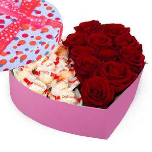 Sarkanas rozes un Raffaello sirds formas dāvanu kastē (pēc izvēles - 3 dažādi lielumi)