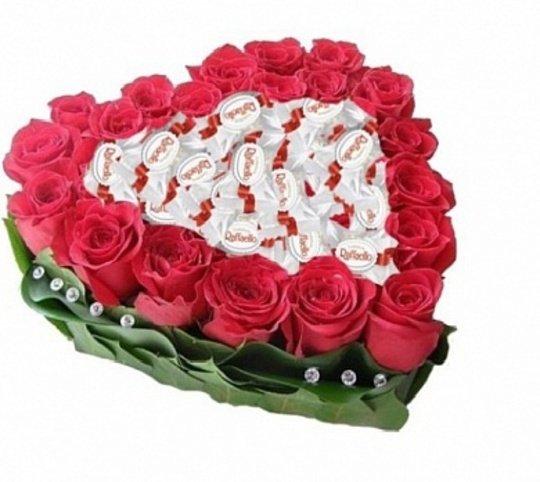 Sarkanas rozes ar Rafaello vidū - sirds formā