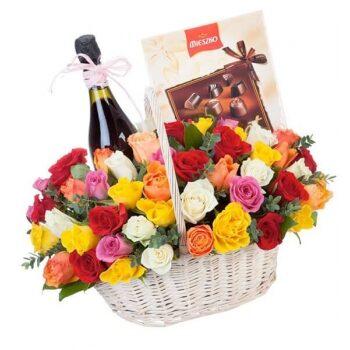 Grozs ar 25 dažādu krāsu rozēm, sarkanvīnu 13% un konfekšu kasti