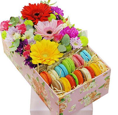 Raibie ziedi dāvanu kastē ar macaroons cepumiem