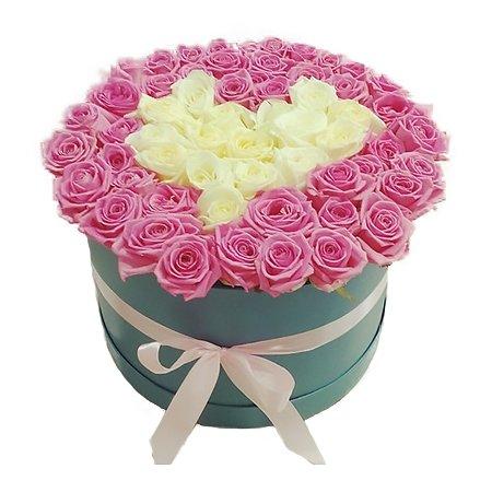 Apaļa dāvanu kaste ar rozā un baltām rozēm sirds formā