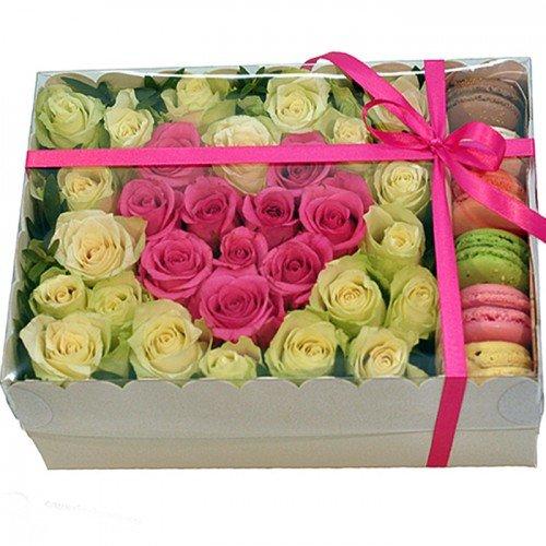 Rozā sirds starp baltajām rozēm ar macaroons cepumiem dāvanu kastē