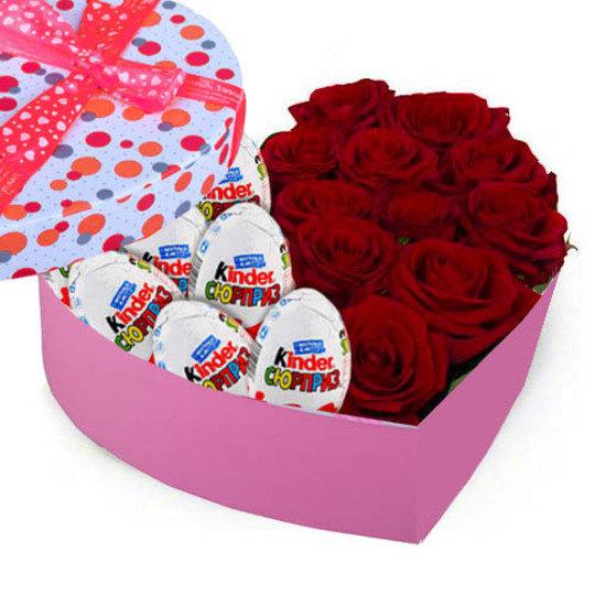 """Sarkanas rozes un """"Kinder Surprise"""" sirds formas dāvanu kastē (pēc izvēles - 3 dažādi lielumi)"""