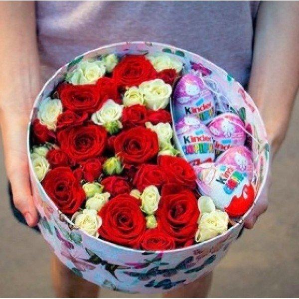 Sarkanas rozes ar Kinder Suprise apaļā dāvanu kastē (pēc izvēles - 3 dažādi lielumi)