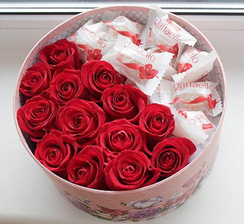 Sarkanas rozes ar Raffaello apaļā dāvanu kastē