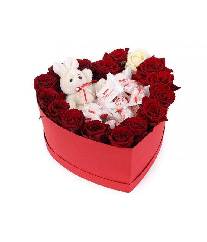 Rozes ar Rafaello un mīksto rotaļlietu sirds formas dāvanu kastē