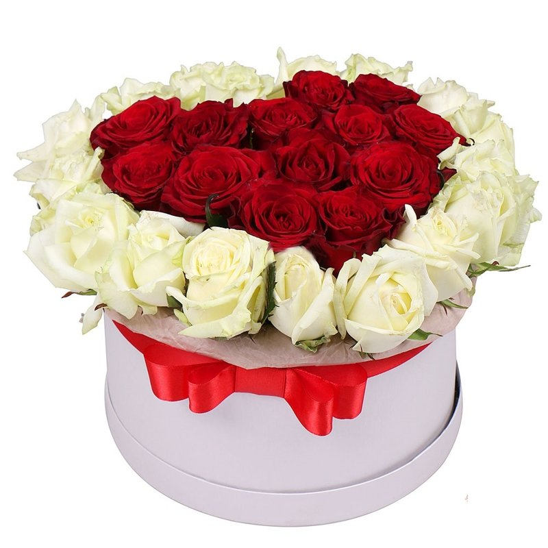 Apaļa dāvanu kaste ar baltām un sarkanām rozēm sirds formā