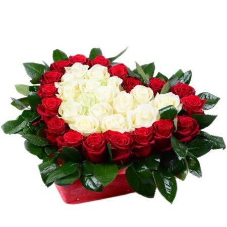 Sarkanas un baltas rozes ar zaļumiem sirds formas dāvanu kastē