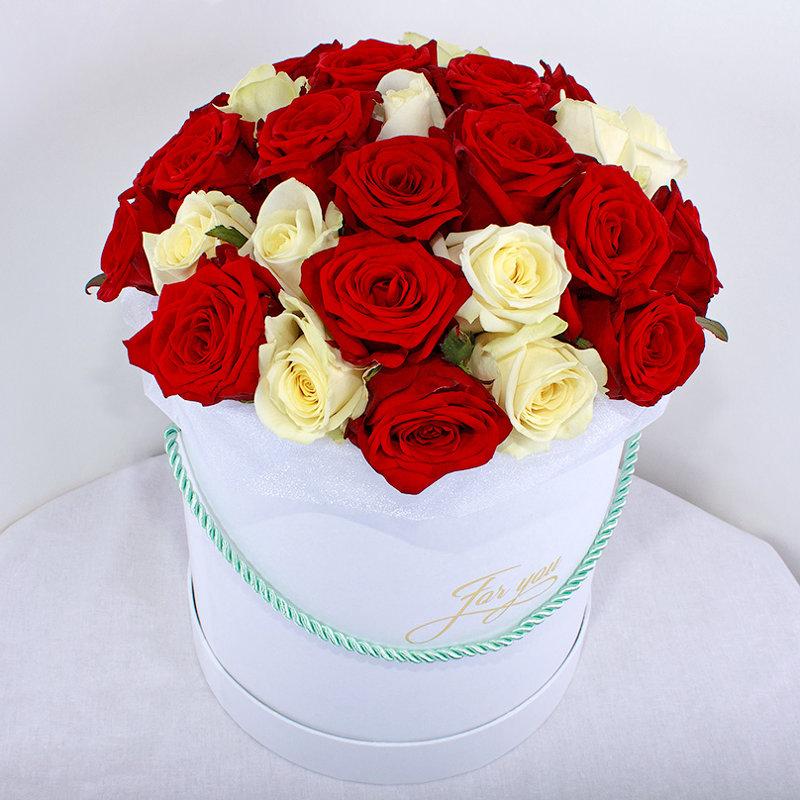 25 sarkanas un baltas rozes apaļā dāvanu kastē