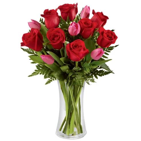 Sarkano rožu un rozā tulpju pušķis