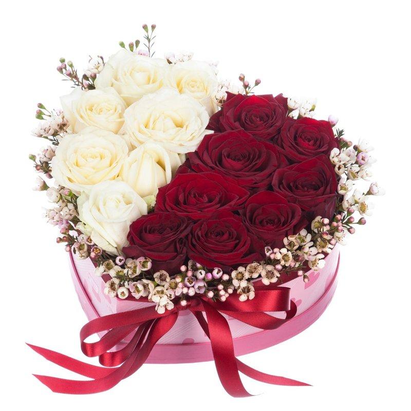 Sarkano un balto rožu sirds dāvanu kaste