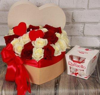 Sarkanbaltas rozes sirds formas dāvanu kastē ar Raffaello konfektēm