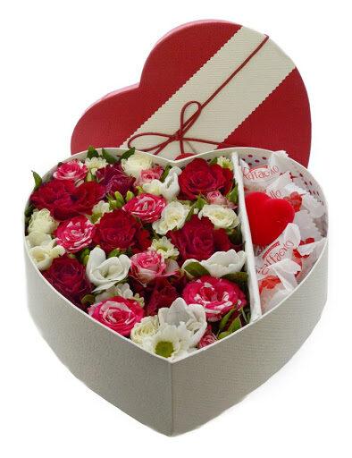 Sarkanbaltie ziedi dāvanu kastē ar Raffaello