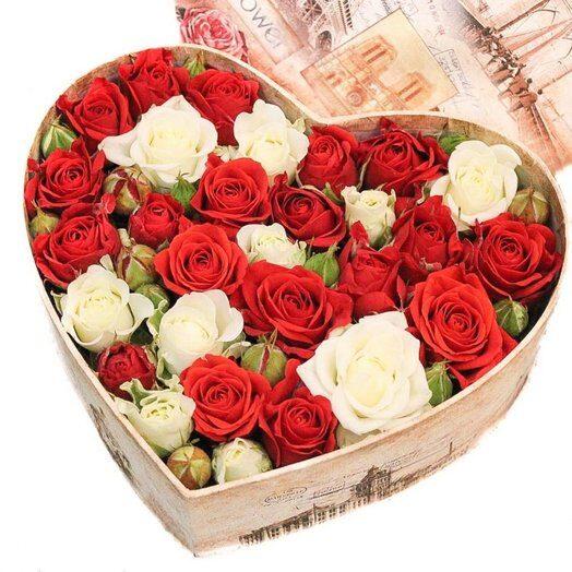 Dāvanu kaste ar sarkanbaltiem ziediem